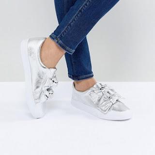 Sneaker mit Schleifen in Metallic Optik über asos.de