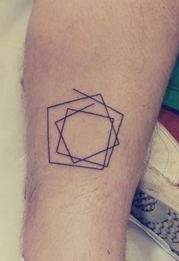 Uma linha única, que envolve em torno de si para criar várias camadas de formas geométricas sem fechamento desta tatuagem prestados em tinta preta.