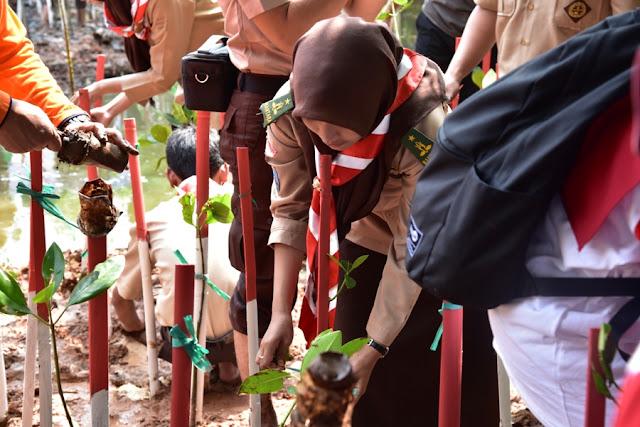 Peringati HUT RI 73, KLHK Ajak Generasi Muda Tanam 800 Mangrove