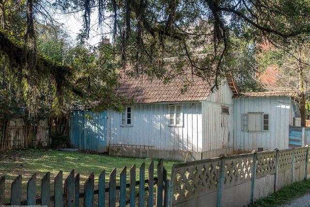 Casa de madeira na Rua Cândido Xavier