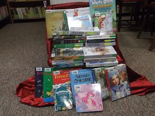 Na zdjęciu widać kilkanaście książek niedawno zakupionych do biblioteki