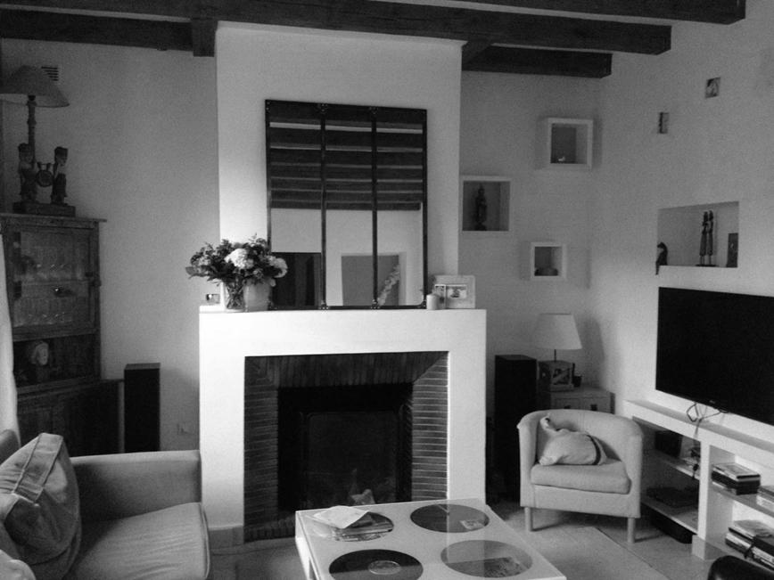 un salon avec chemin e mccb. Black Bedroom Furniture Sets. Home Design Ideas