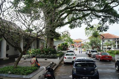 Pohon tua di sekitar bangunan kuno di Kuching