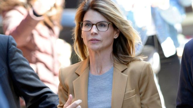 Lori Loughlin: US actress to plead guilty in college cheating scam