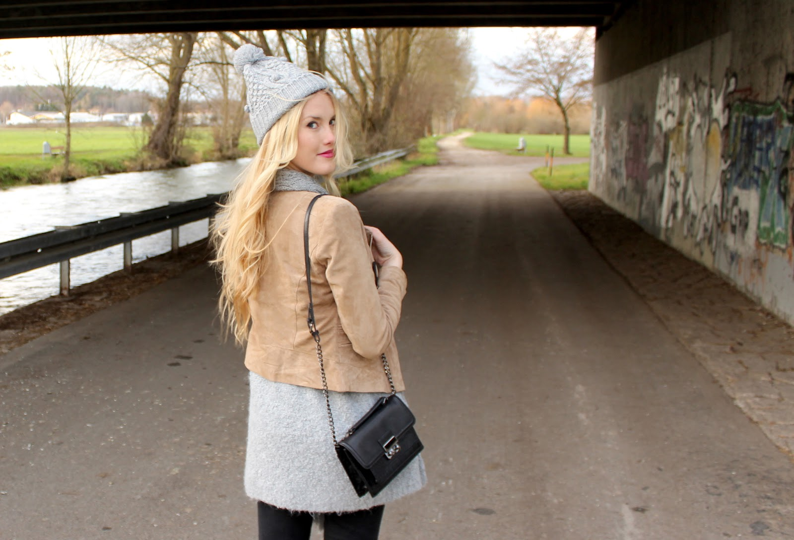 TheBlondeLion Lederjacke Strick Mütze http://theblondelion.blogspot.com/2014/12/look-grey-knit-and-beige-leather.html