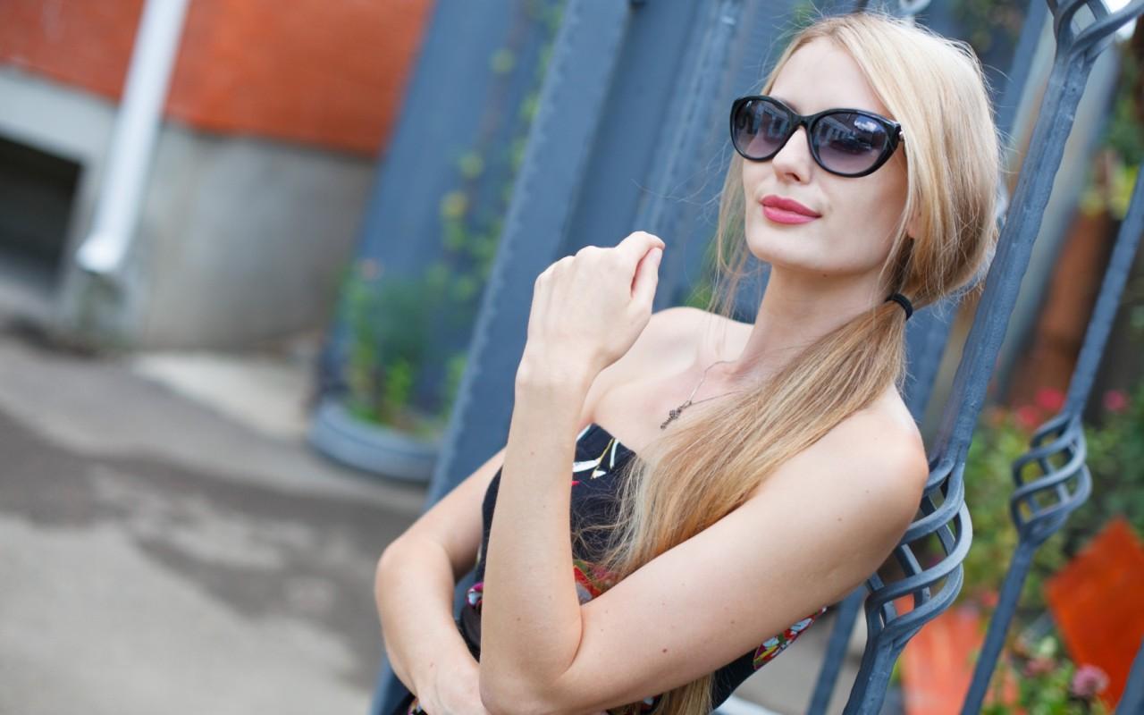 Sexy Wallpaper: Beautiful Blonde Girl Using Sun Glasses