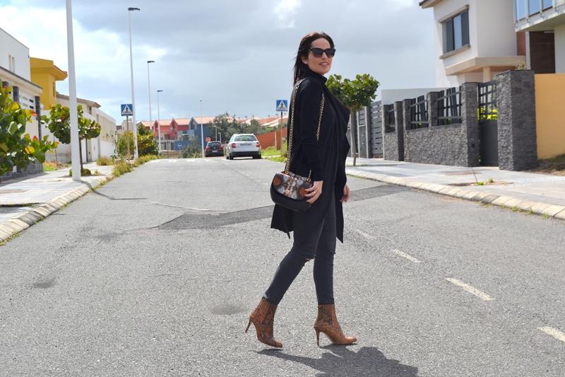 black-total-look-street-style