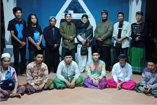 """Sanggar Aksara Jawa """"Kidang Pananjung Indramayu"""" Latih Santri Asal Madura Baca Tulis Naskah Kuno"""