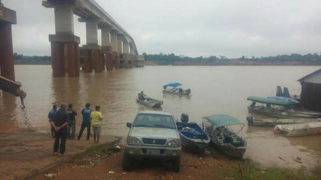 Caminhão perde freio e cai no Rio Madeira com três pessoas