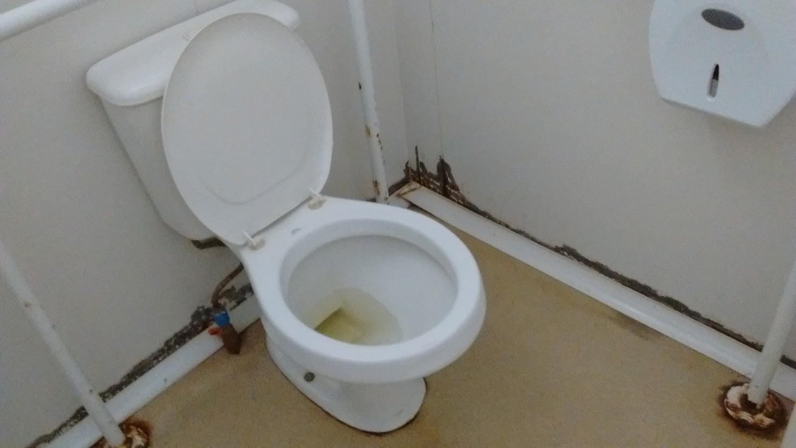Maricá Pacientes sentem sede na UPA neste domingo de Páscoa -> Limpeza Banheiro Feminino