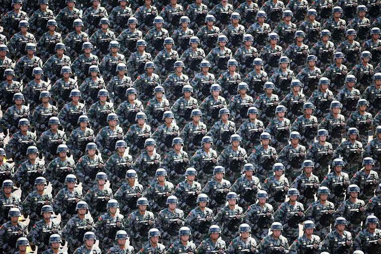 Perfeitamente iguais, homens-robôs do exército chinês, como peças recém saídas da linha de produção: ideal marxista da igualdade radical.