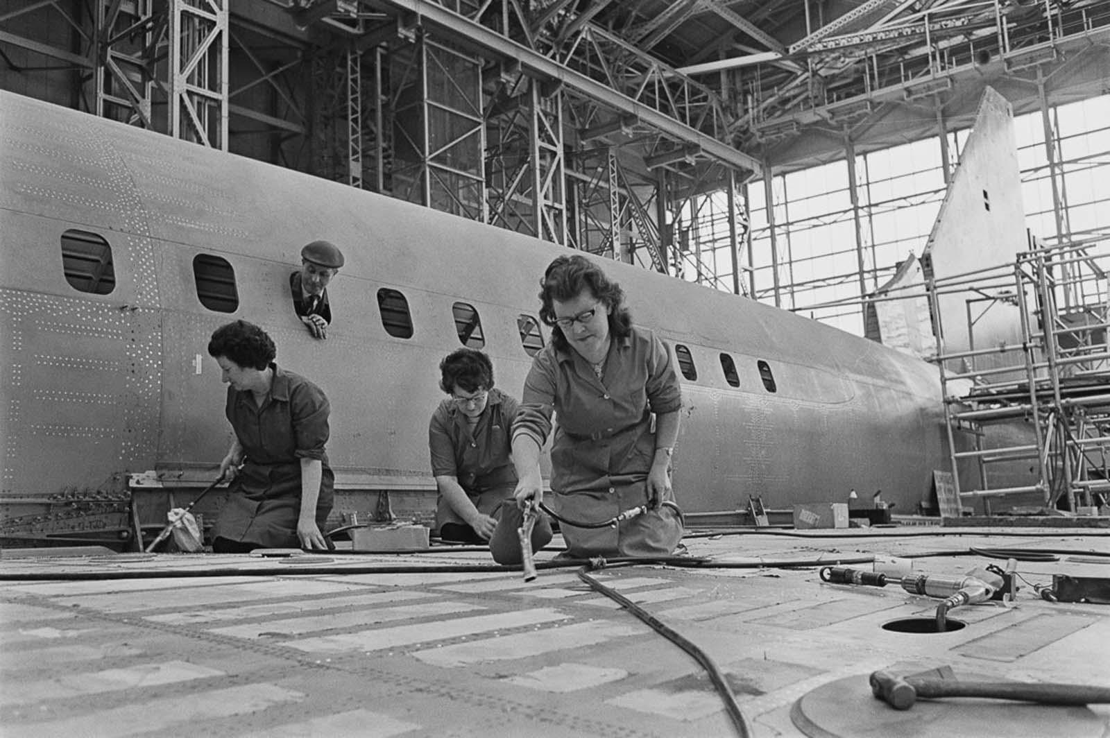 Munkavállalók a Concorde prototípus szárnyán.  1967.