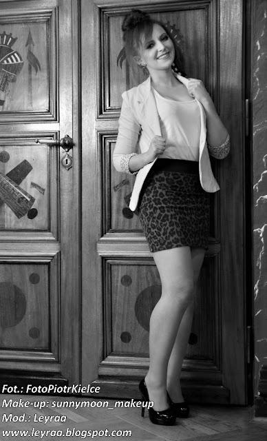 7.12.2016 Pastelowy żakiet, czarne szpilki i mini spódnica w panterkę