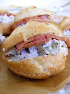 Сандвич-еклери с плънка от пушено филе и салата с ябълки и майонеза