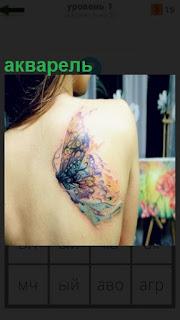 У девушки на спине картина акварелью сделана