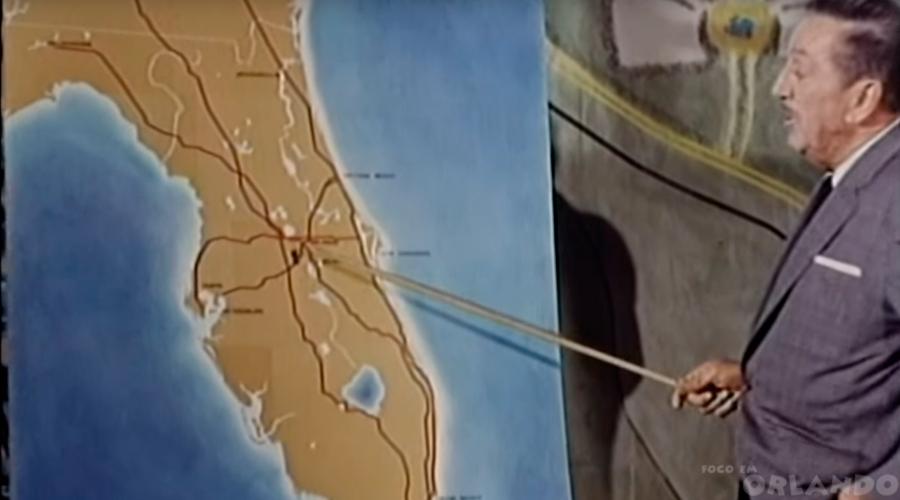 Walt Disney mostra o ponto onde começaria a construção do complexo que idealizara