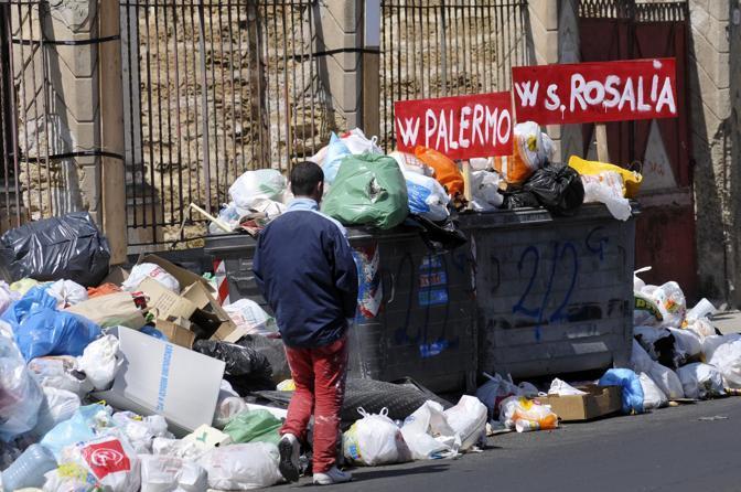 Palermo invasa dall'immondizia: salta la raccolta differenziata$