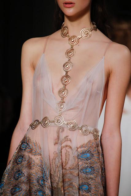 Valentino Alta Costura SS 2016 tendencia complementos joyería corporal