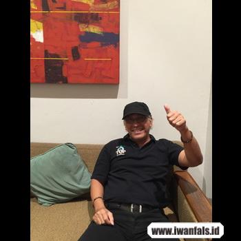 gambar Iwan Fals duduk sofa