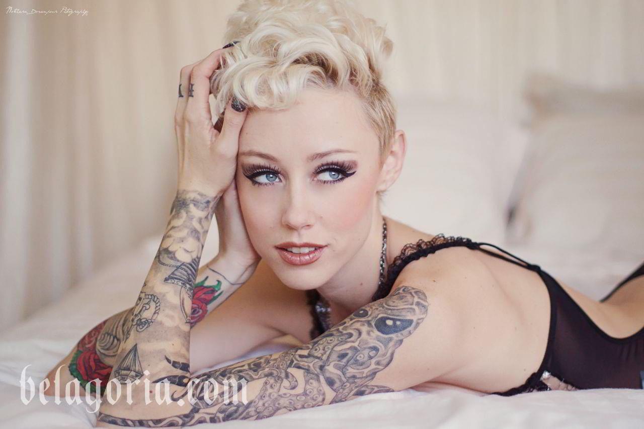 Foto de una modelo Shonda Mackey y su tatuaje de Pulpo o Kraken