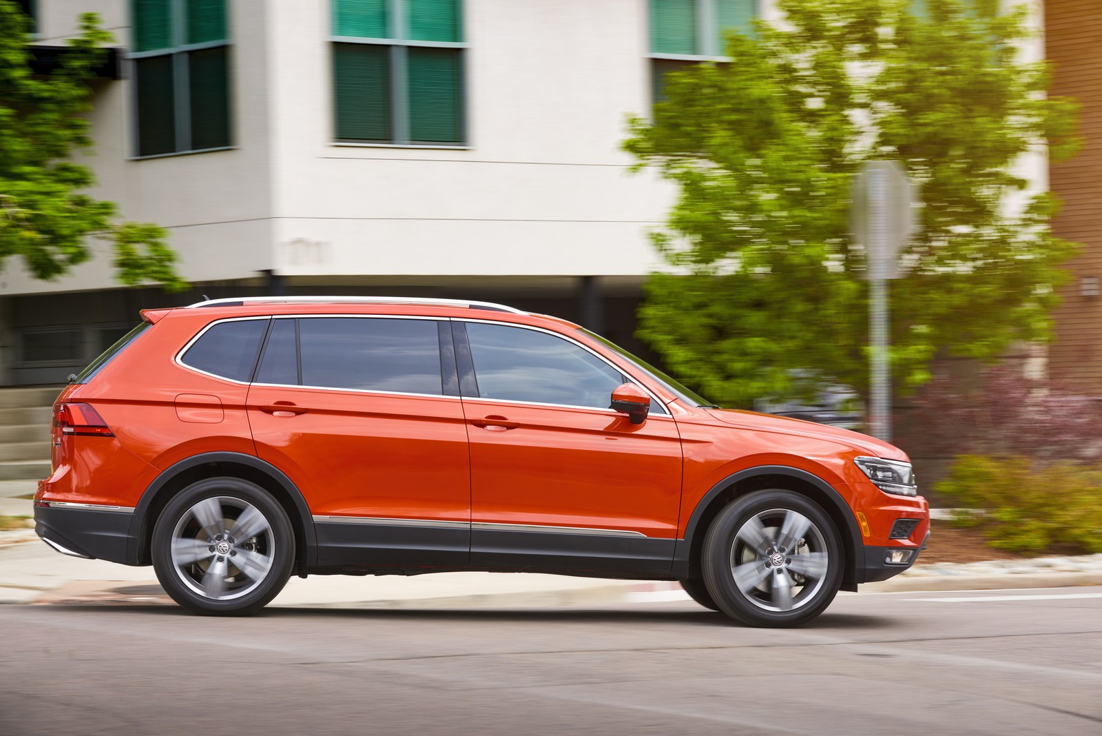 vw slashes tiguan prices by up to 2 180 in the u s carscoops. Black Bedroom Furniture Sets. Home Design Ideas