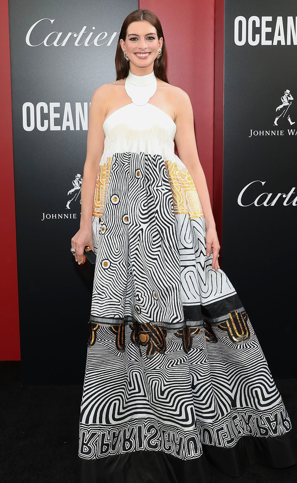 très chic!: Celebrity Style: Anne Hathaway wears a graphic halter ...