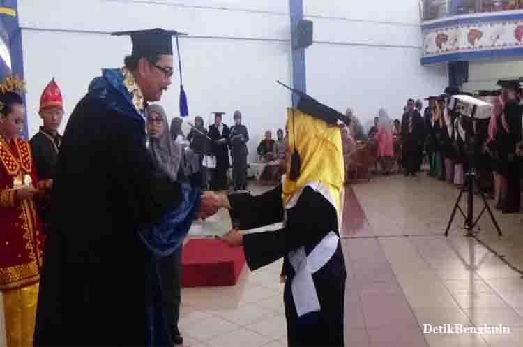 Lulusan Terbaik Unib, Mahasiswa berprestasi Unib, Mahasiswa Cumlaude Unib, Lulusan Terbaik UNIB Ingin Berikan Kontribusi Melalui Dunia Pendidikkan