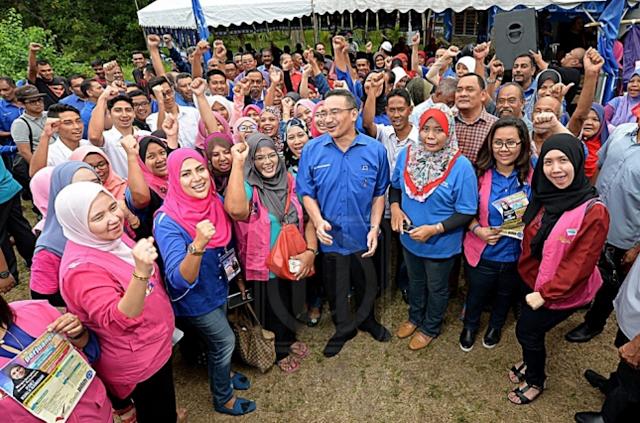 """Sedih sebenarnya apabila Dr. Mahathir tergamak buat begini"" - Hishammuddin"