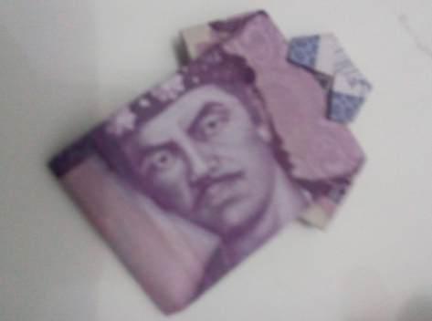 Gambar lipatan uang kertas berbentuk baju