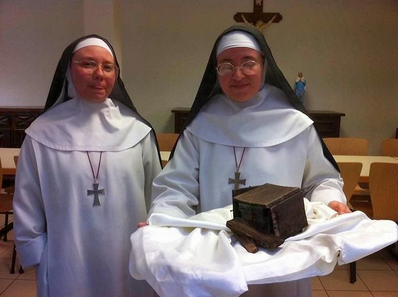 Religiosas mostram o relicário achado na estátua de São Martinho de Tours
