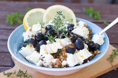 Zitroniger Linsensalat mit Feta und Oliven