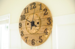 This DIY pallet wall clock is a gorgeous farmhouse style piece made with recycled pallets