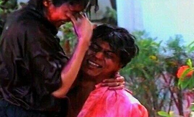 SRK's Wild Holi Dance With His Wife Gauri - Flash Back