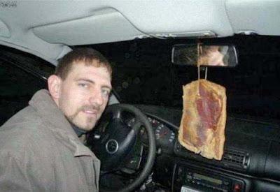 Duftbaum im Auto lustiger Mann Geruch