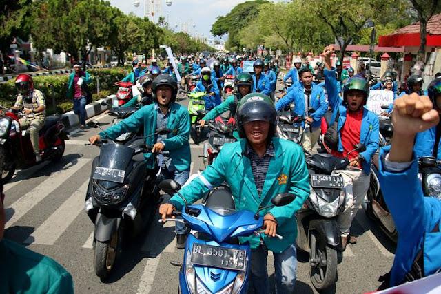 Tolak Kenaikan Harga BBM, Mahasiswa Dorong Sepeda Motor dan Segel Kantor Pertamina