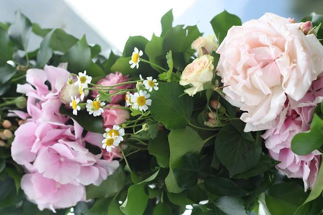 Blütengirlande Rosamunde Pilcher inspirierte Sommerhochzeit in Pfirsich, Apricot, Pastelltöne - Heiraten in Garmisch-Partenkirchen, Bayern, Riessersee Hotel, Seehaus am Riessersee - Hochzeit am See in den Bergen - Peach and Pastell wedding