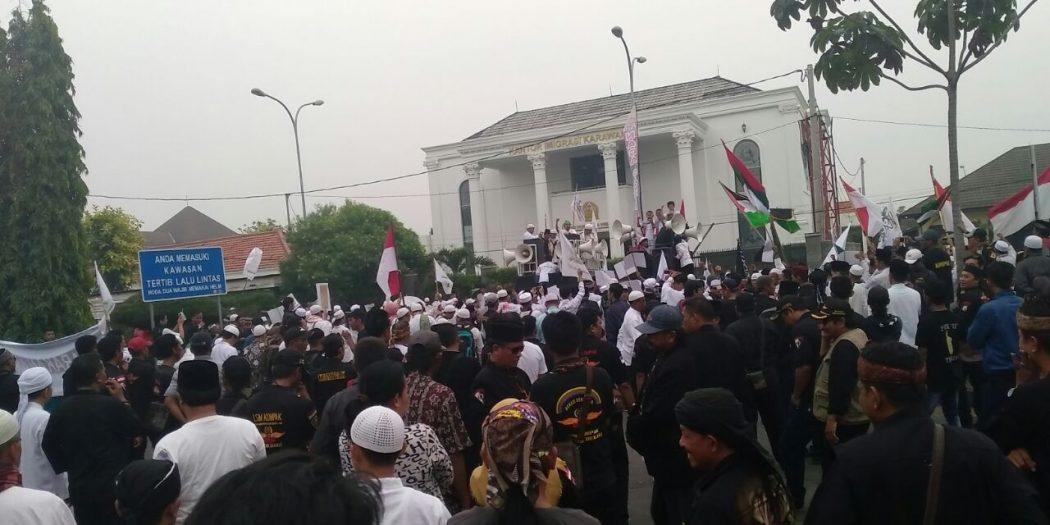 Ribuan Massa Kepung Kantor DPRD & Pemda Karawang,Ini Penyebab