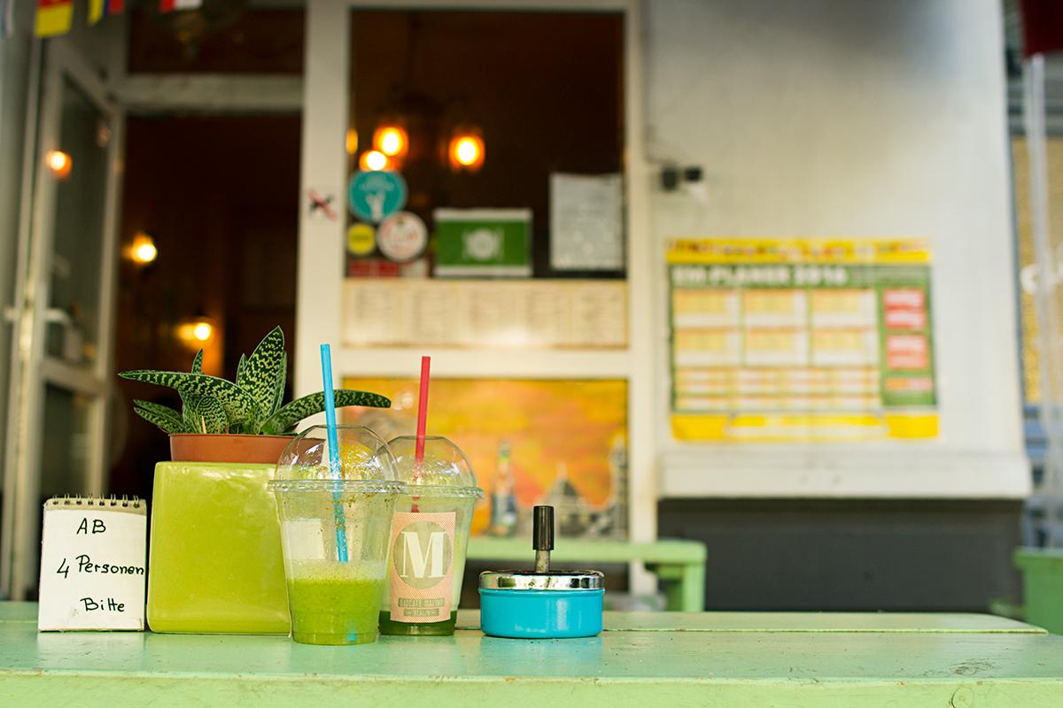 Smoothies från Eiscafé Malibu på Salsabils uteservering i Prenzlauer Berg, Berlin.