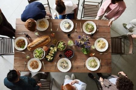 10 Adab Makan dan Minum Seorang Muslim Dalam Islam