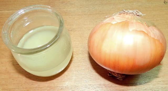 عصير البصل هو واحد من أفضل العلاجات لتعزيز كثافة الشعر وتطويله في أسرع وقت.