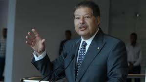 جثمان الفقيد أحمد زويل يصل مطار القاهرة غدًا السبت والجنازة يوم الأحد بمسجد المشير طنطاوي بحضور الرئيس السيسي