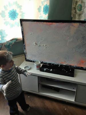 Witziges Kind spielt alleine mit Fernseher