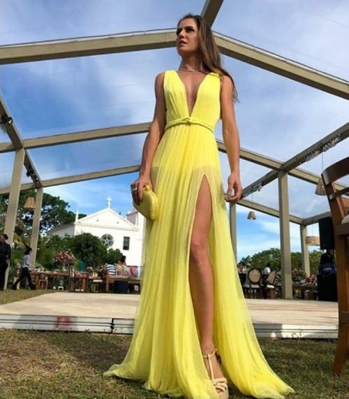 vestido de festa amarelo com transparência e hot pants