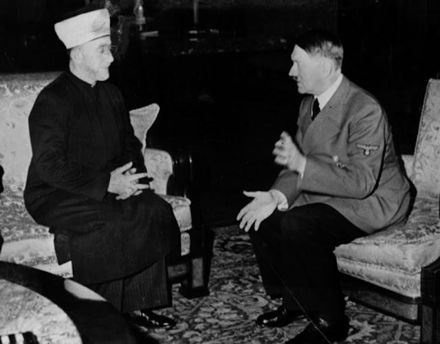 Adolf Hitler durante una entrevista de trabajo
