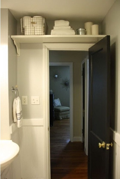 Ruang penyimpanan ekstra di rak di atas pintu