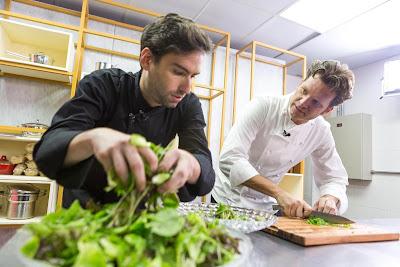 Hugo e Bertolazzi na cozinha (Crédito: Victor Silva /SBT)