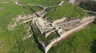 Portal datado de 2.900 anos de idade, que confirmam o relato bíblico sobre os atos do Rei Ezequias.