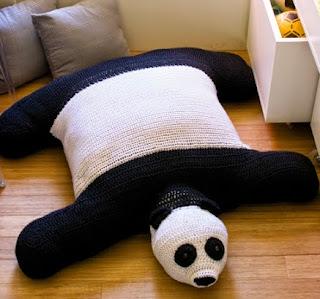 http://www.portaldeartesanato.com.br/materias/891/puff+de+croch%C3%AA+em+forma+de+panda