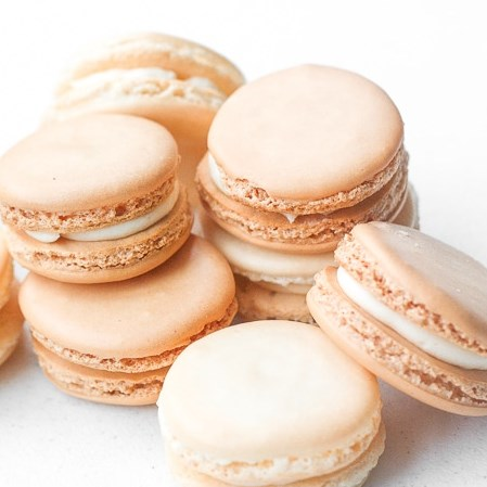 CLASSIC FRENCH MACARON WITH VANILLA BUTTERCREAM FILLING #sweets #bestdesserts