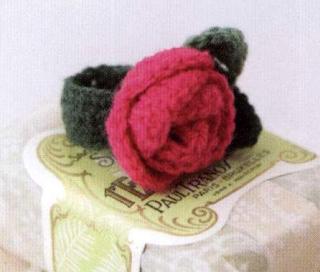 Вязаный браслет с розой
